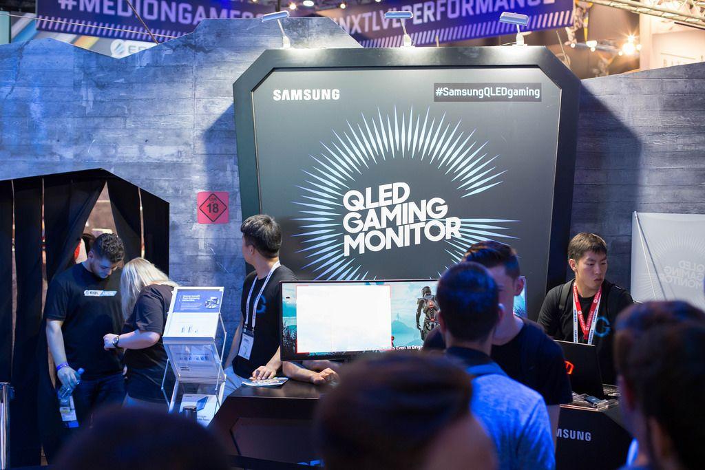 Besucher vor dem Qled Gaming Monitor von Samsung