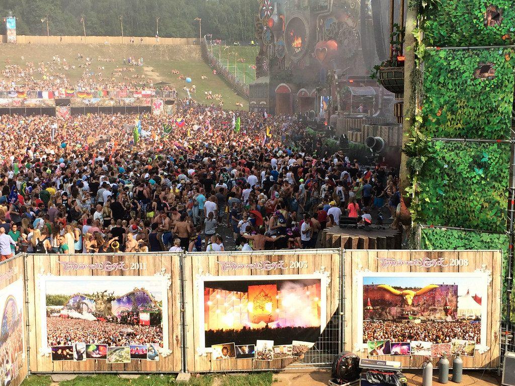 Besucher vor der Hauptbühne beim Musikfestival Tomorrowland 2014 - Antwerpen, Belgien