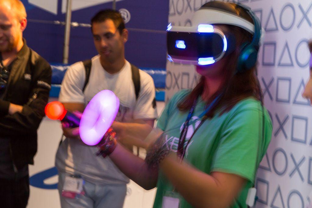Besucherin fuchtelt mit den PlayStation Move Kontrollern (PS4 VR) - Gamescom 2017, Köln