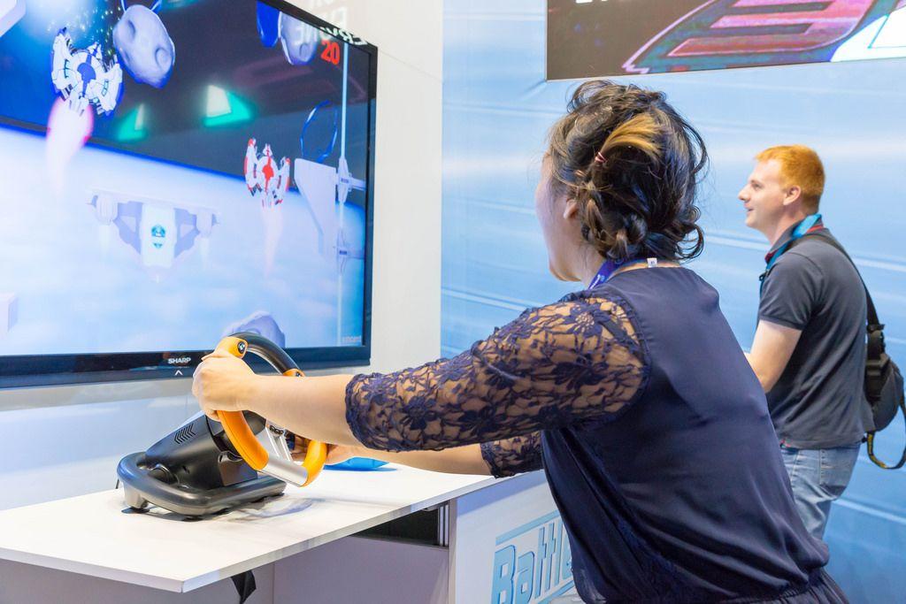 Besucherin spielt ein Space-Game - Gamescom 2017, Köln