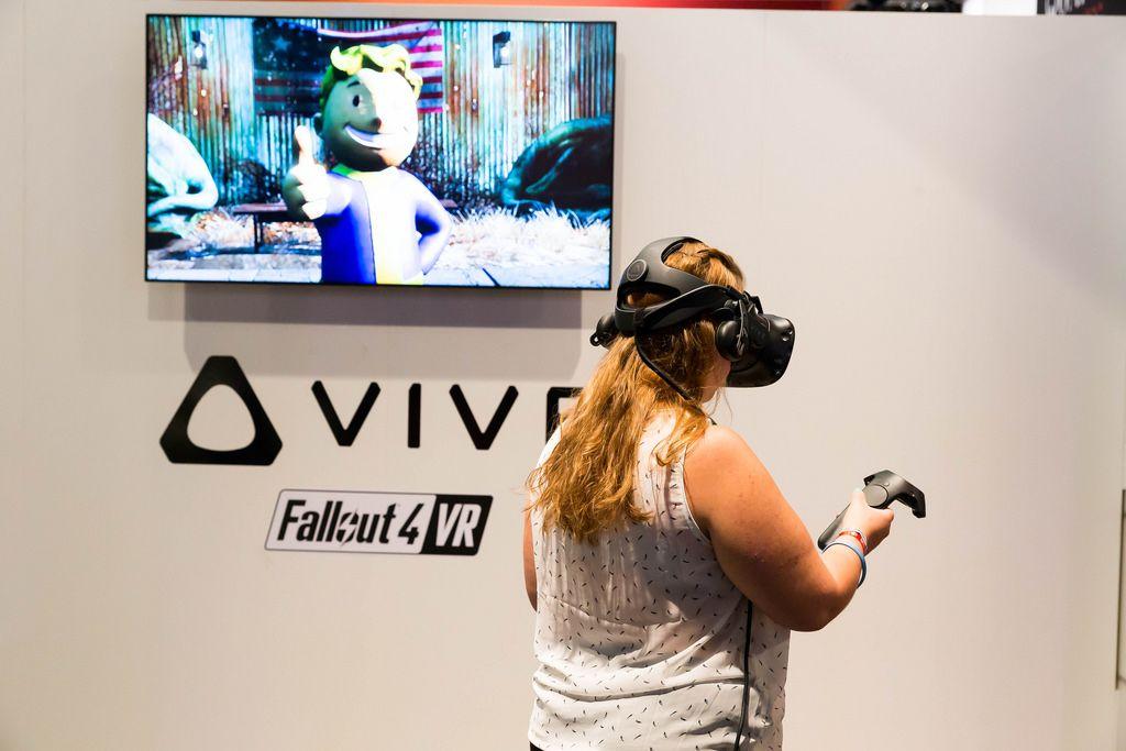 Besucherin spielt Fallout 4 VR - Gamescom 2017, Köln