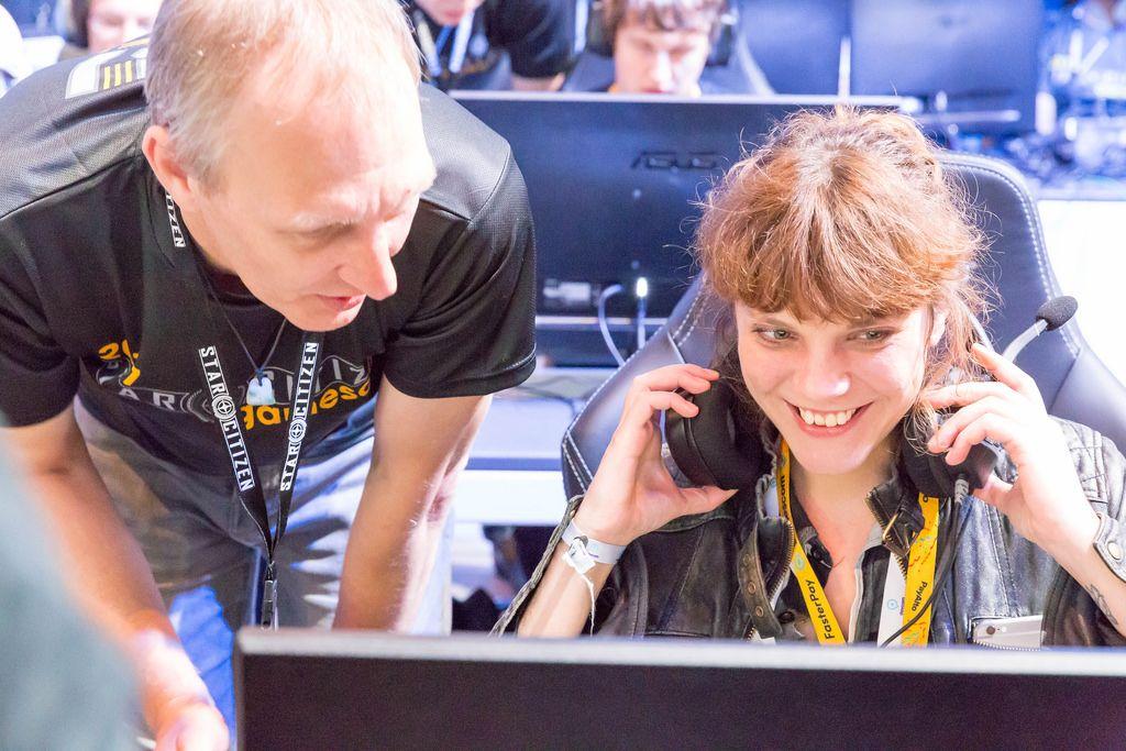 Besucherin spielt Star Citizen - Gamescom 2017, Köln