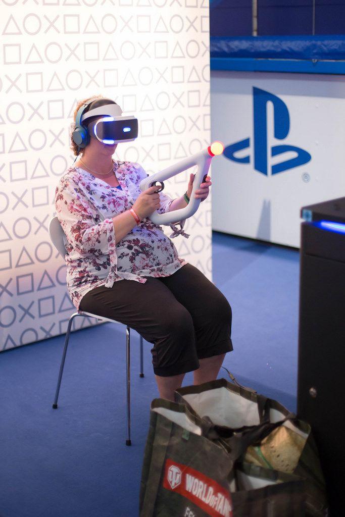 Besucherin testet den PlayStation Move Kontroller