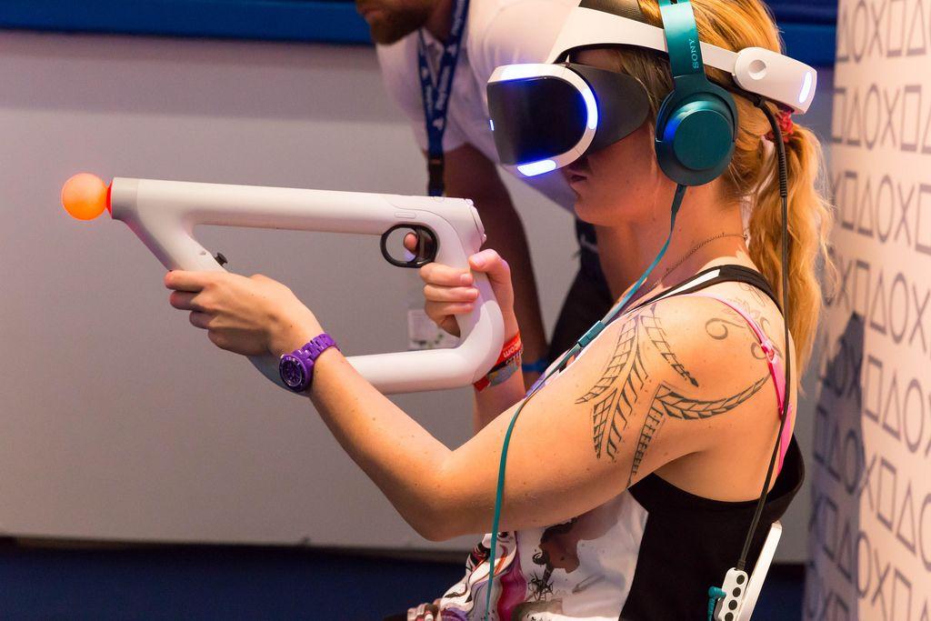 Besucherin verwendet den PlayStation VR aim Kontroller - Gamescom 2017, Köln