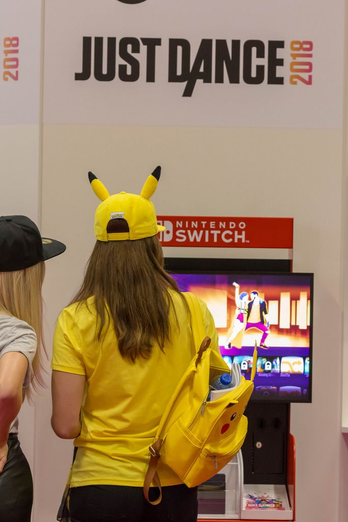 Besucherinnen spielen Just Dance 2018 auf der Nintendo Switch