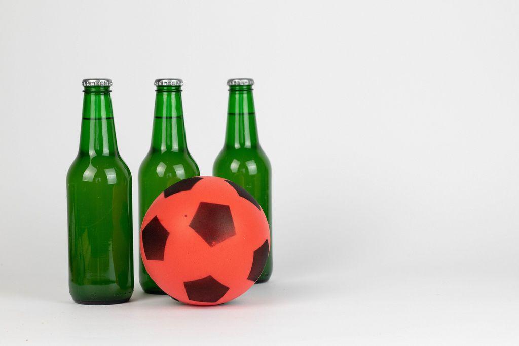 Bierflaschen und ein Fußball