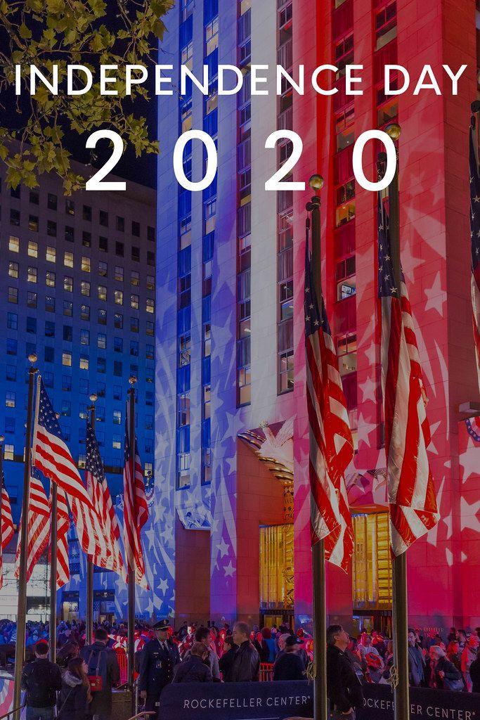 Bildtitel Independence Day 2020 mit Rockefeller Center in Manhattan, das während der Wahlnacht in den Farben der amerikanischen Flagge angestrahlt wird