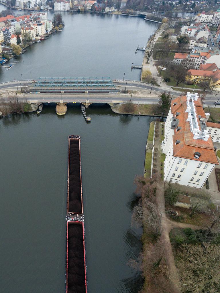 Binnenschiff mit Kohle auf der Dahme in Berlin-Köpenick