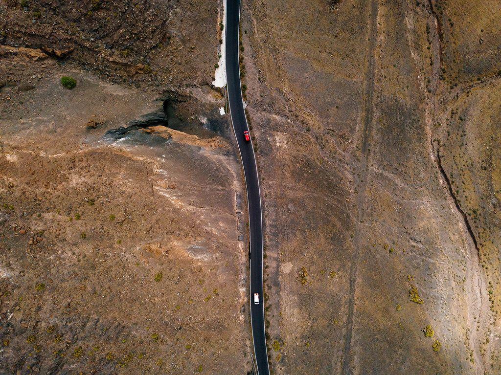 Bird-eye view of a highway through a wasteland / Vogelperspektive einer Autobahn durch ein Ödland