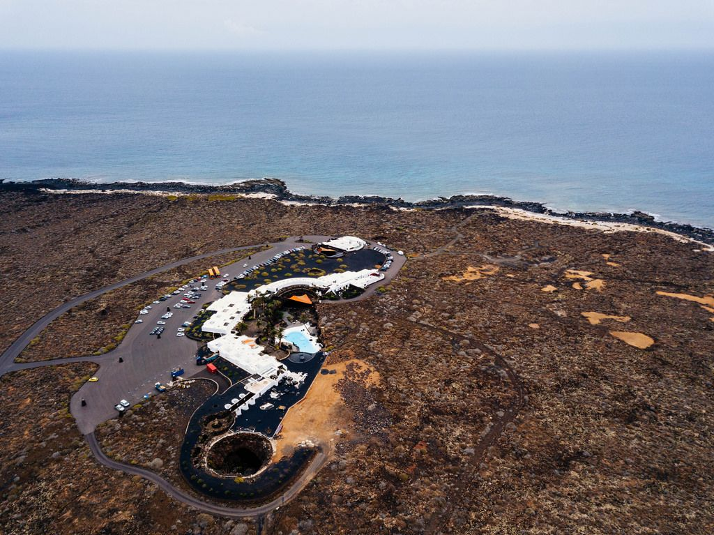 Bird eye view of a spa complex near the ocean / Vogelperspektive eines Badekurortkomplexes nahe dem Ozean