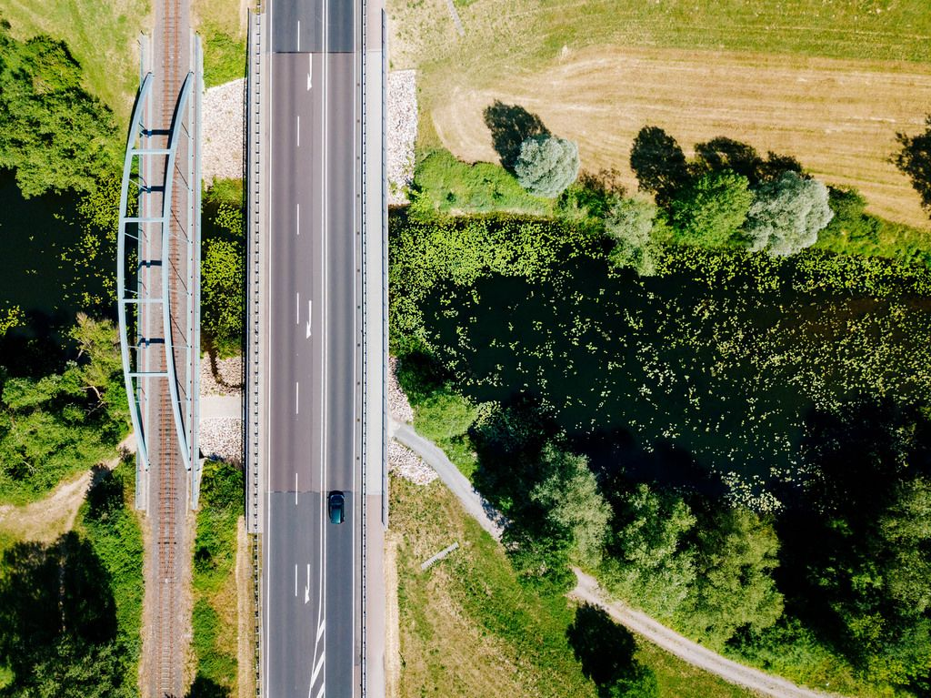 Bird eye view of two bridges crossing lake / Vogelperspektive von zwei Brücken, die See kreuzen