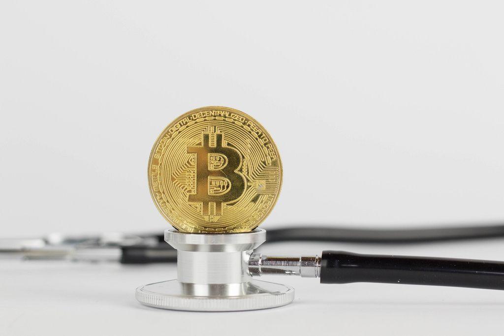 Bitcoin lebt noch. Bitcoin Münze auf einem Stethoskop