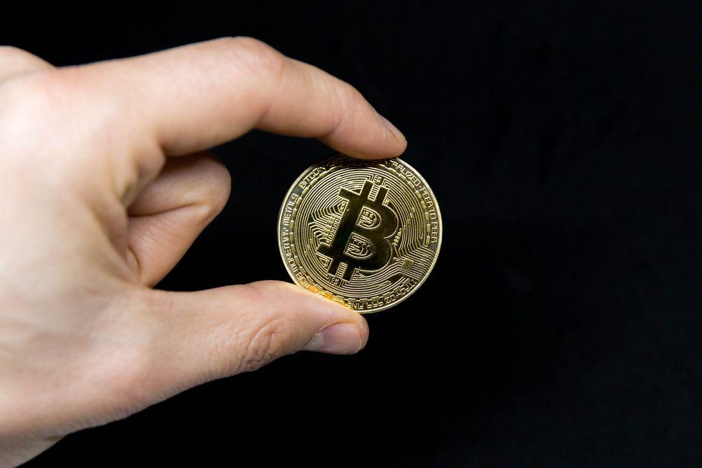 Bitcoin-Münze vor schwarzem Hintergrund