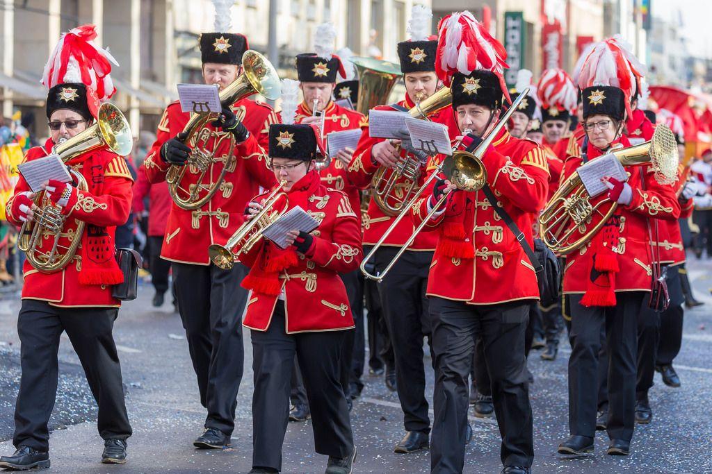 Blasorchester des Kölner Husaren-Korps von 1972 beim Rosenmontagszug - Kölner Karneval 2018