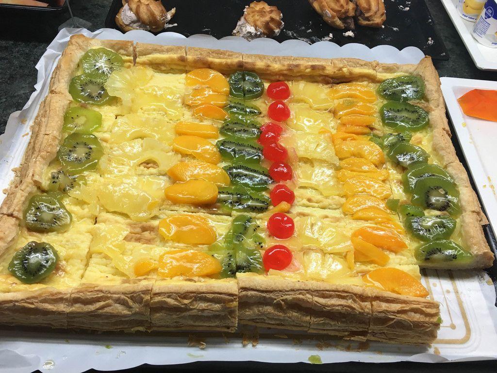Blätterteig mit Kiwi, Kirsche, Ananas und Aprikose zum Nachtisch