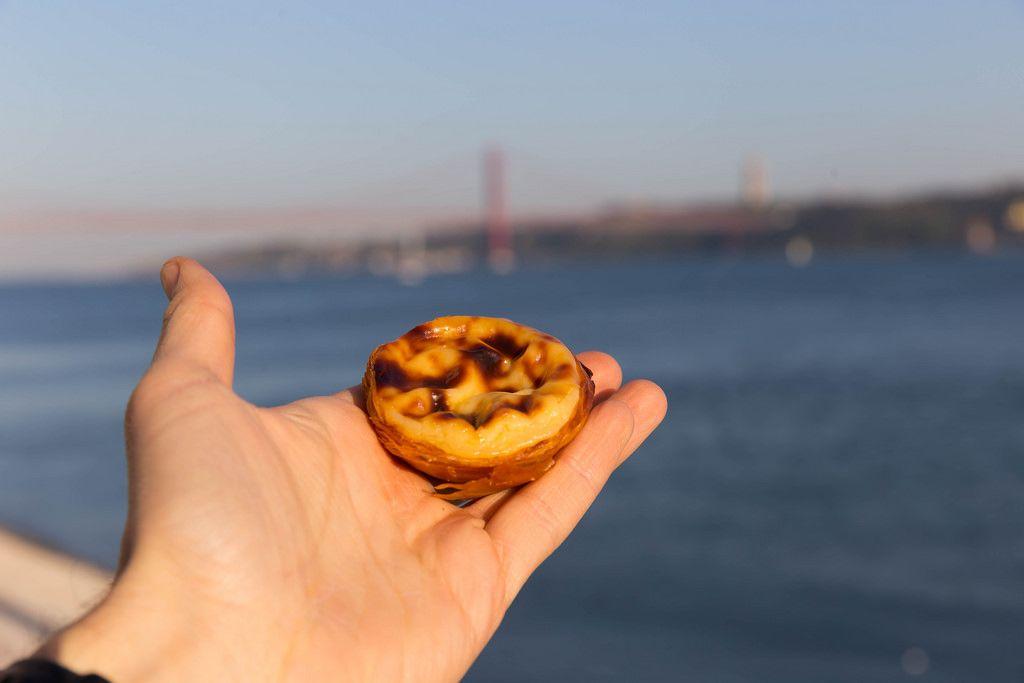 Blätterteigtörtchen mit Pudding Pastel de Nata in meiner Hand - Lissabon, Portugal
