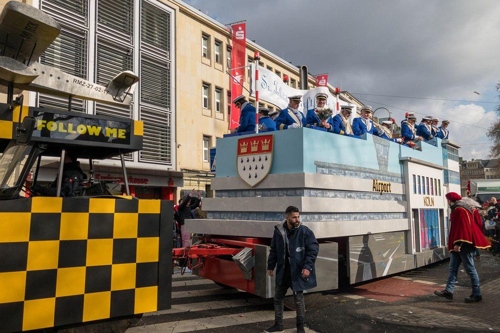 Blau gekleidete Piloten auf dem Airport Köln Wagen - Kölner Karneval 2018