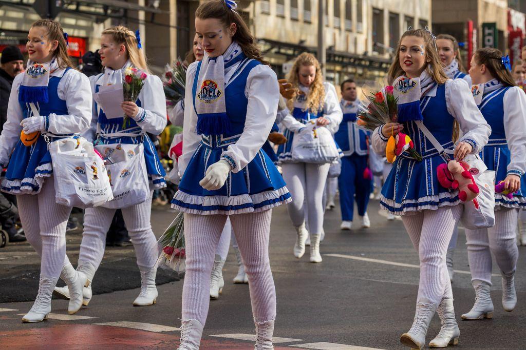 Blau-weiß gekleidete Mädchen der KKG Fidele Fordler von 2001 beim Rosenmontagszug - Kölner Karneval 2018