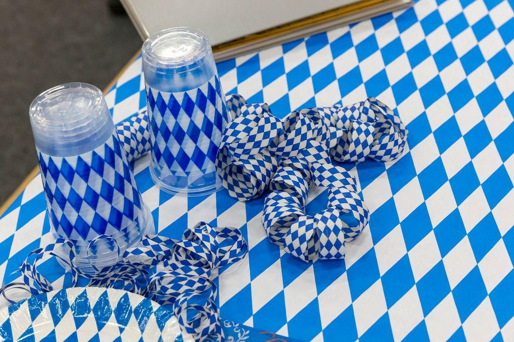 Blau-weiße Schleifen, Plastikbecher und Plastikteller - IAW Köln 2018