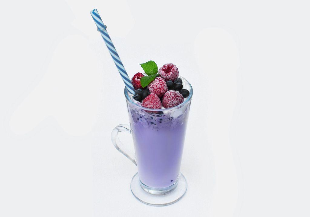 Blaubeer Smoothie mit Früchten und einem Strohhalm