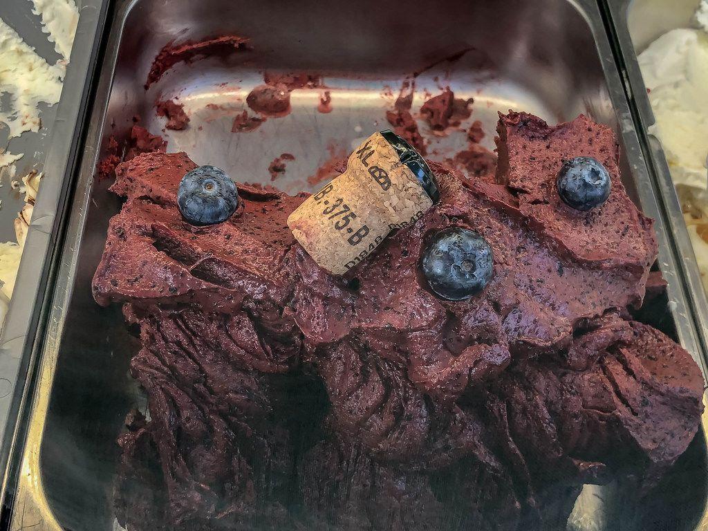 Blaubeeren-Champagner Eiscreme mit ganzen Blaubeeren und einem Weinkorken