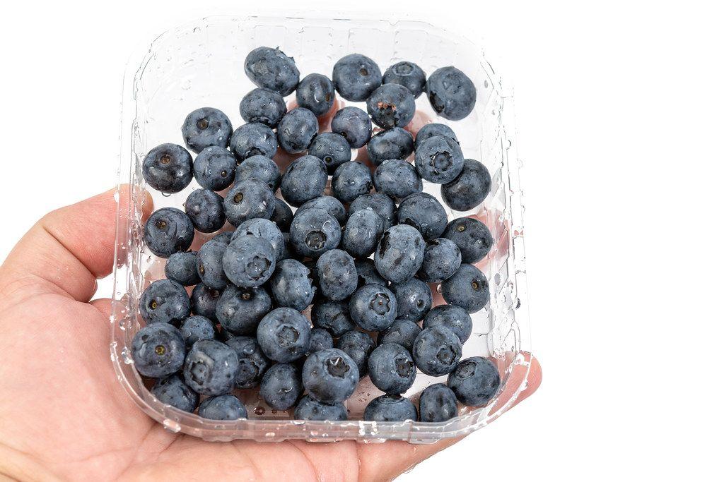 Blaubeeren in einer Plastikverpackung aus dem Supermarkt