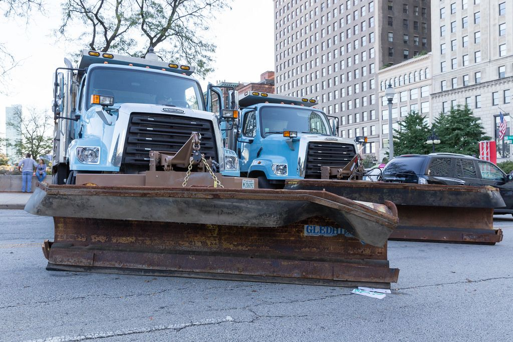Blaue Schneeräumfahrzeuge von Freightliner