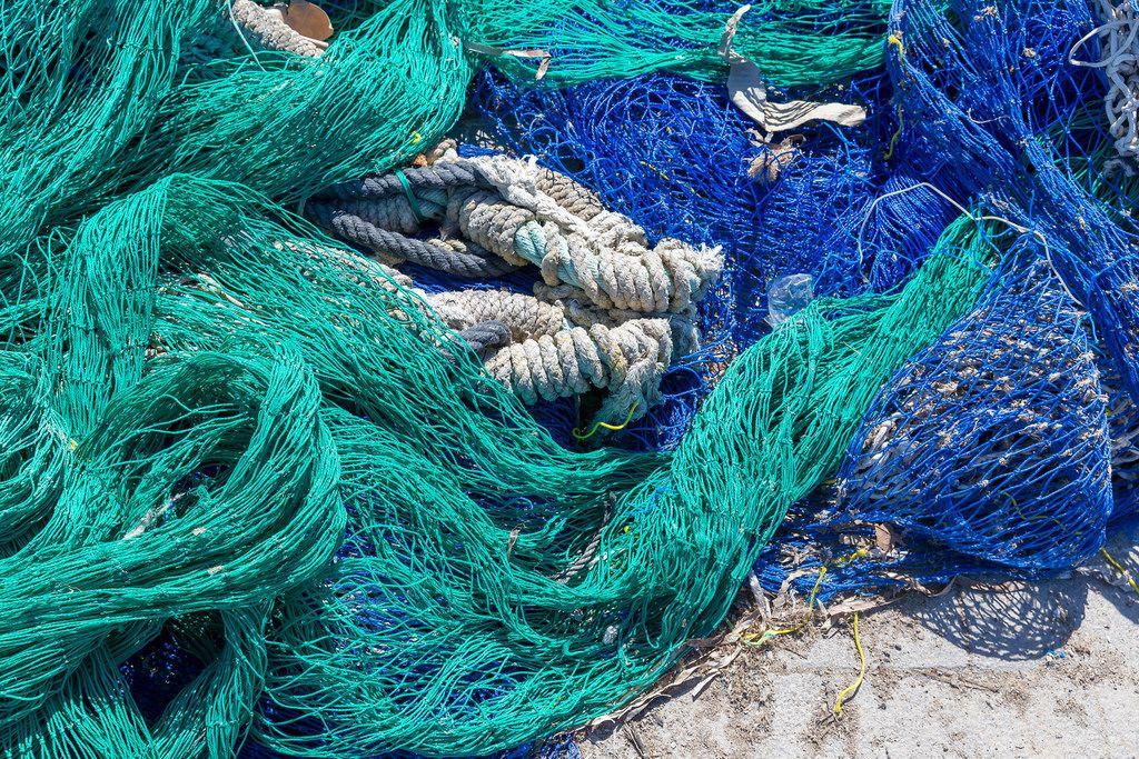 Blaue und türkisfarbene Fischernetze