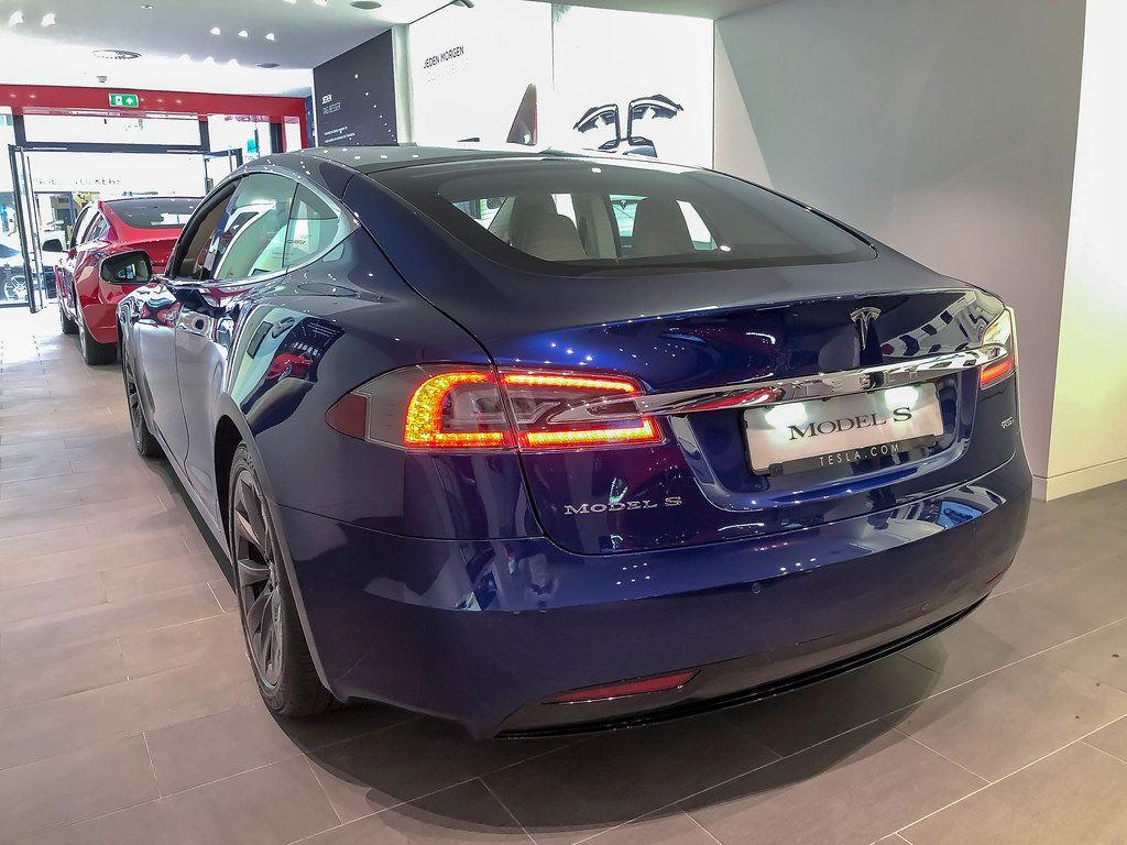 Blauer Tesla Model S bei der Fahrzeugübernahme in Neuss