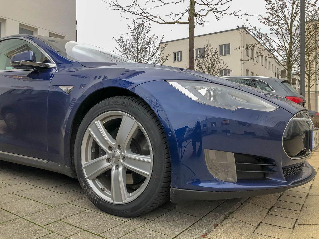 Blaues Auto der Marke Tesla Model S 85D in Wohngebiet geparkt