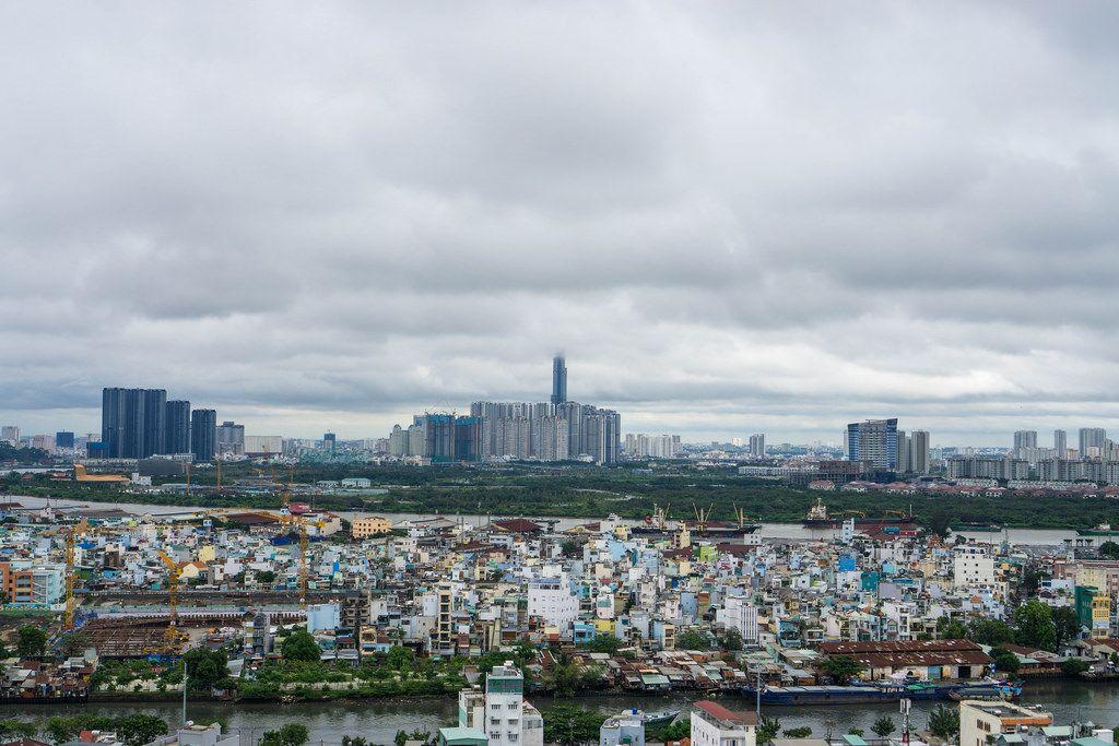 Blick auf die Skyline von Ho Chi Minh City, dem ehemaligen Saigon, im Zentrum das Hochhaus Landmark 81, dessen Spitze von den Wolken verdeckt wird