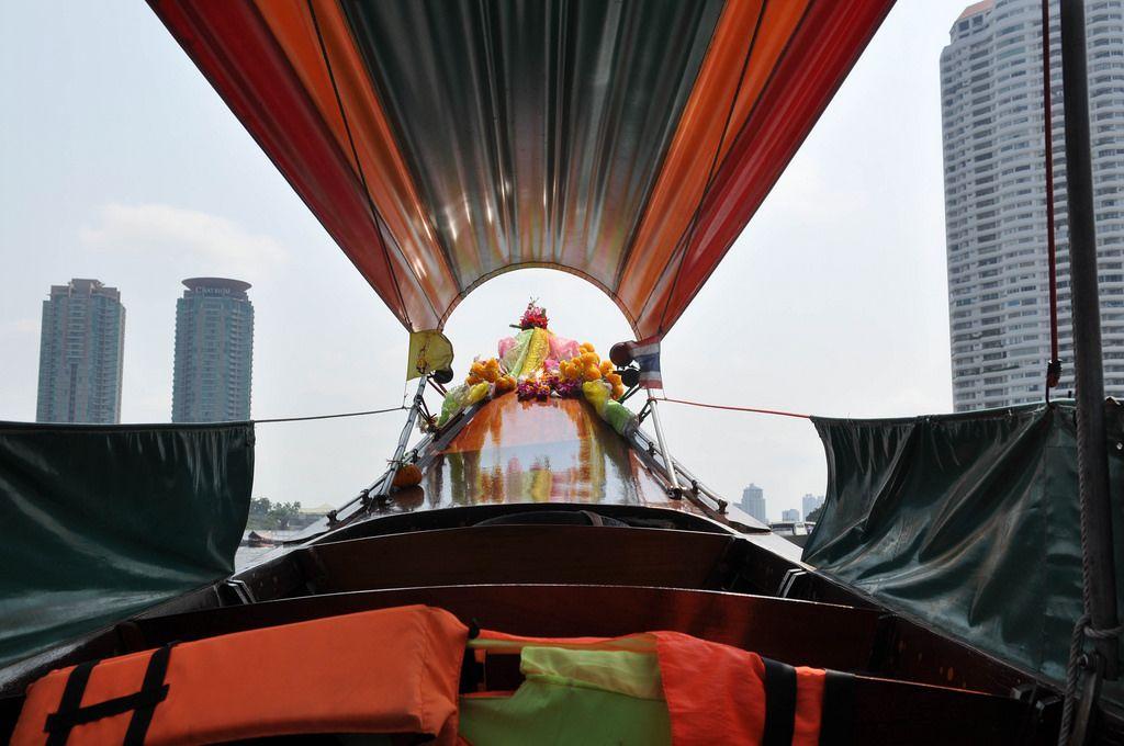 Blick aus einem bunten, typisch thailändischen Boot