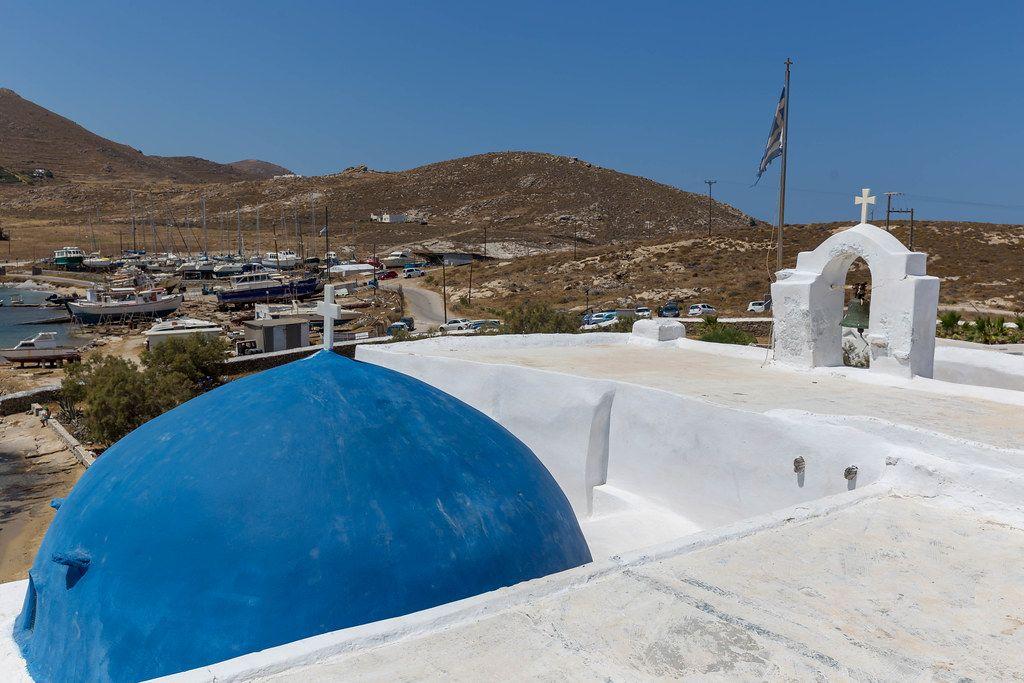 Blick vom Kloster Agios Ioannis Detis, über die trockene Landschaft und den Hafen von Korakas auf Paros, Griechenland