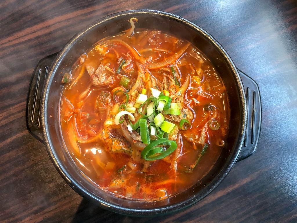 Blick von oben auf Topf Yukgaechang, scharfen Eintopf mit Rindfleisch und Reis