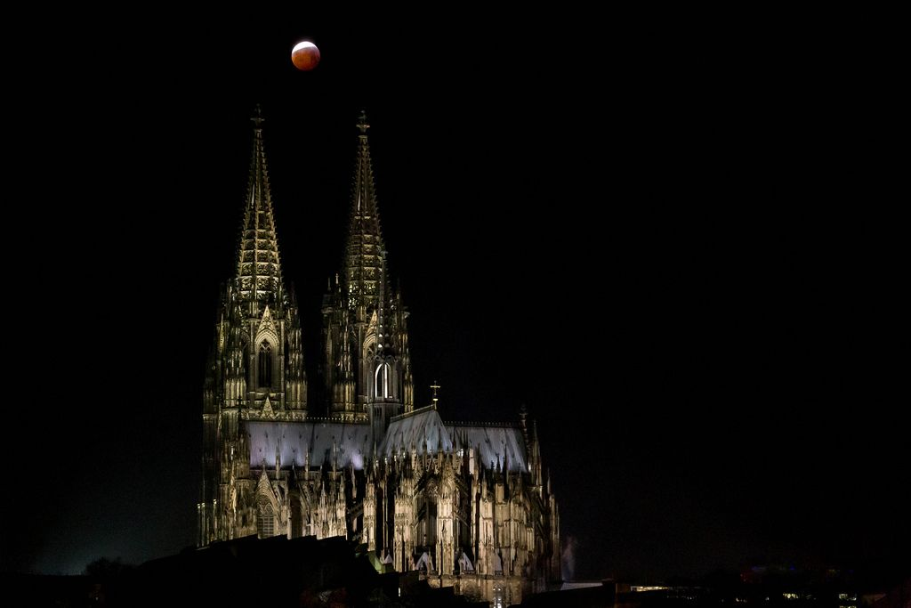 Blood Moon and Cologne Cathedral
