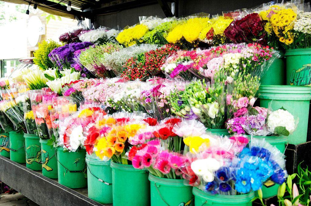 Blumensträuße in Eimern an einem Blumenverkaufsstand