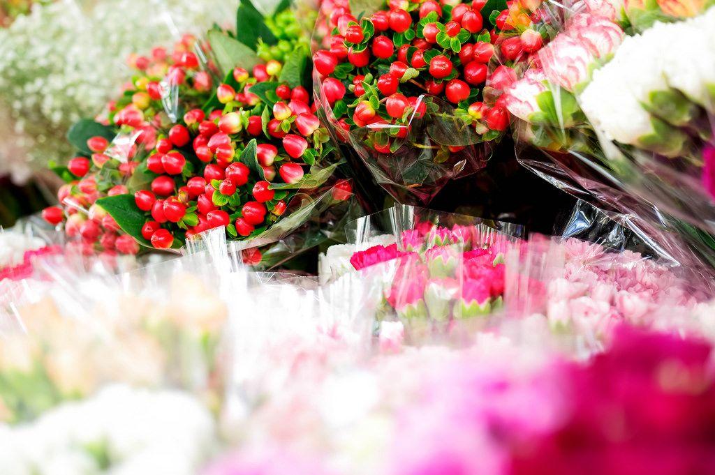 Blumensträuße stehen zum Verkauf