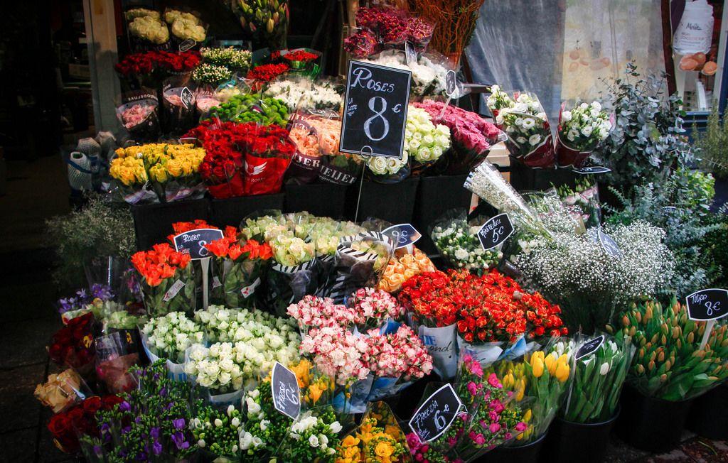 Blumensträuße vor einem Blumengeschäft