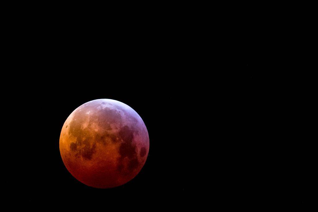 Blutmond mit Teleobjektiv fotografiert