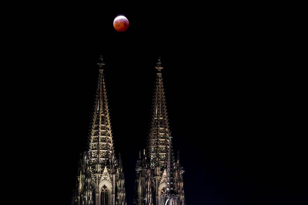 Blutmond über dem Kölner Dom