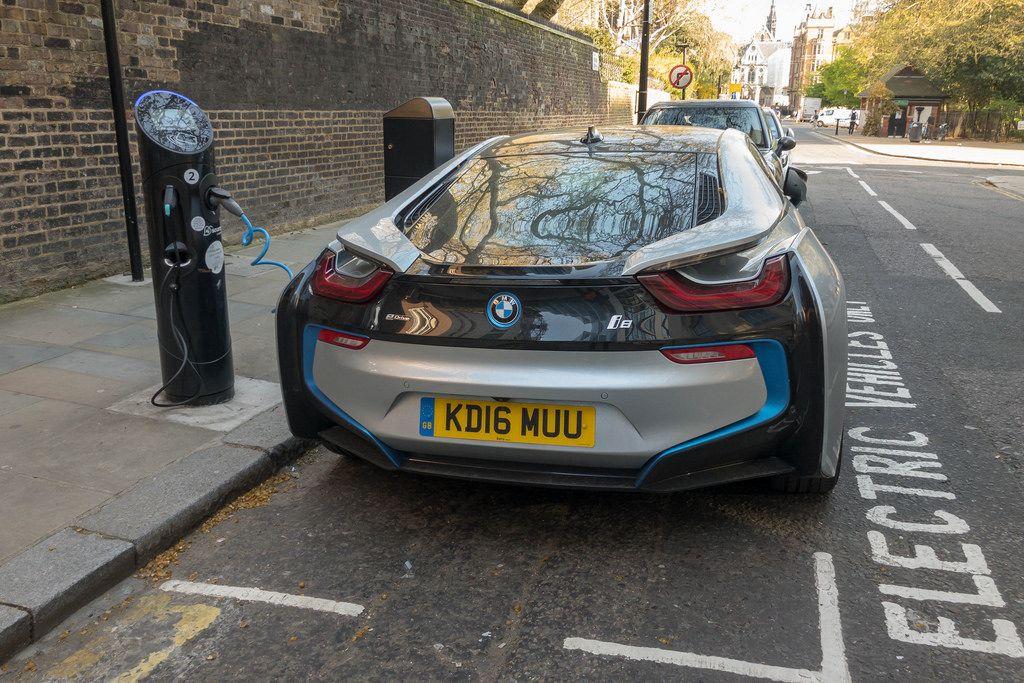 BMW i8 beim Laden an einer Ladestation