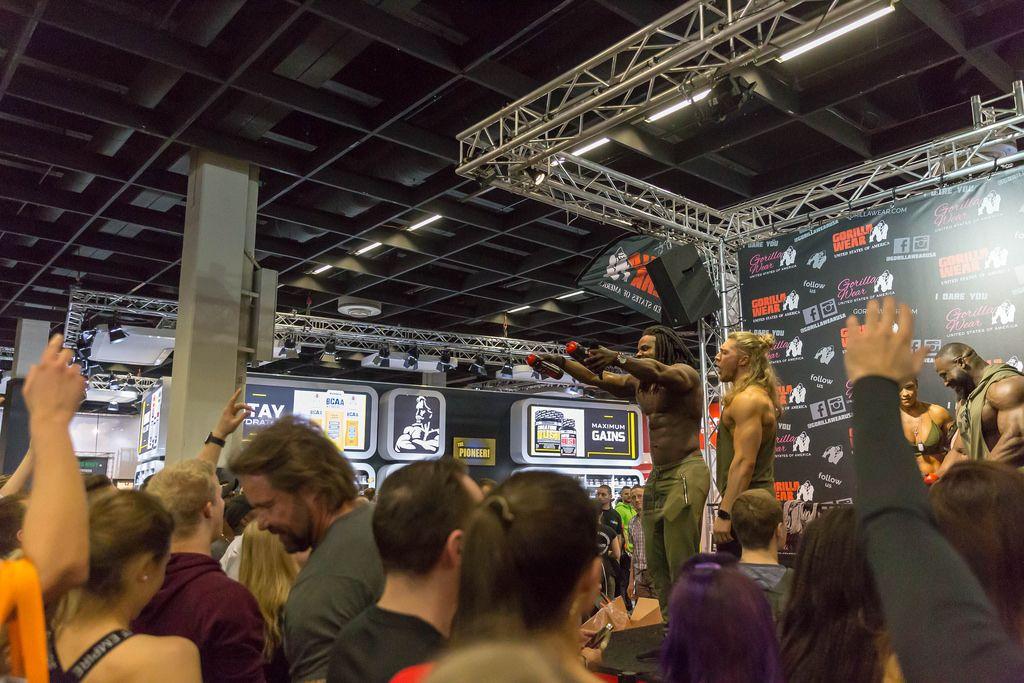 Bodybuilder Kevin Osazee von Gorilla Wear verschenkt Sportflaschen - FIBO Köln 2018