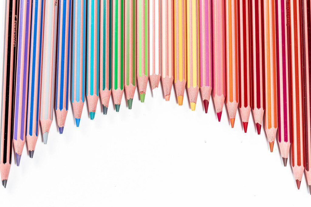 Bogen auf Buntstiften mit freier, weißer Fläche