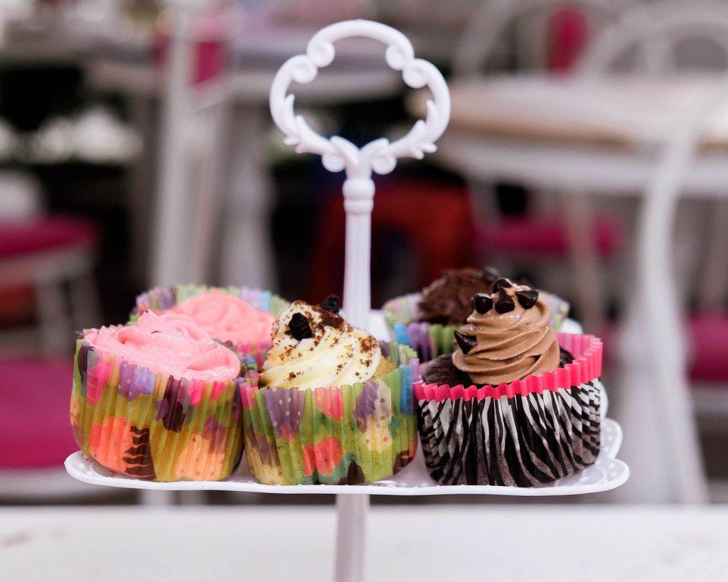 Bokeh Fotografie von angerichteten Cupcakes