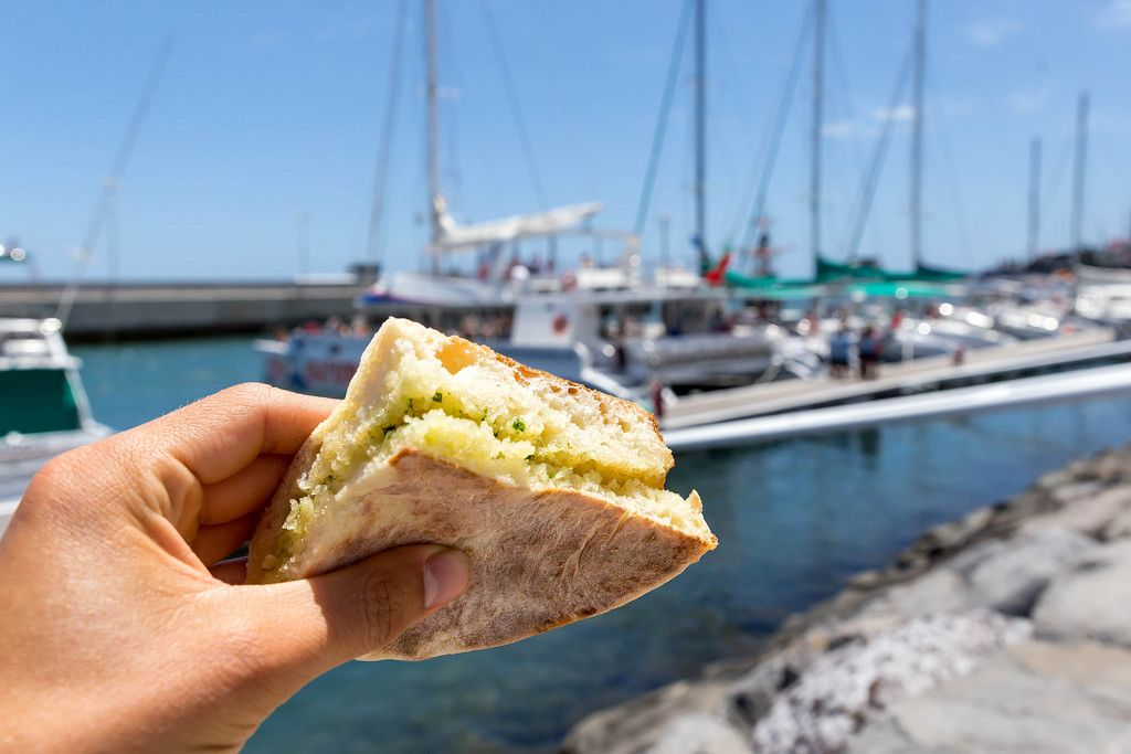Bolo do Caco in Funchal: Brot mit Knoblauchbutter
