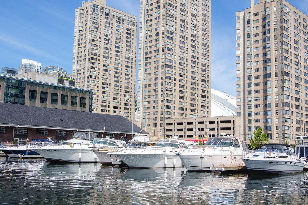 Boote im Hafen, mit Hochhäusern im Hintergrund