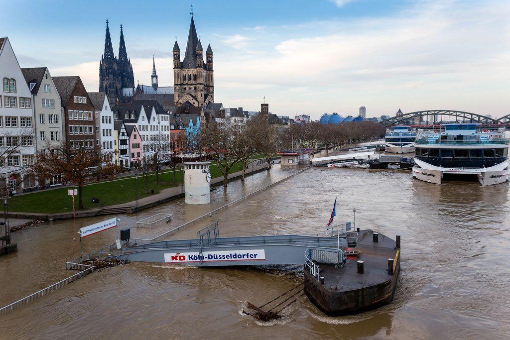 Bootssteg und Schiffe der Köln-Düsseldorfer Deutsche Rheinschiffahrt AG bei eingestelltem Schiffsverkehr wegen hohem Pegelstand