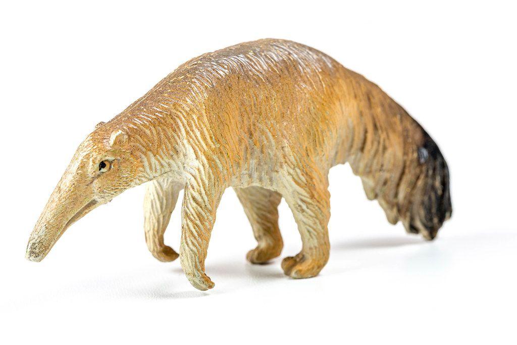 Brauner Ameisenbär: Spielzeugfigur vor weißem Hintergrund