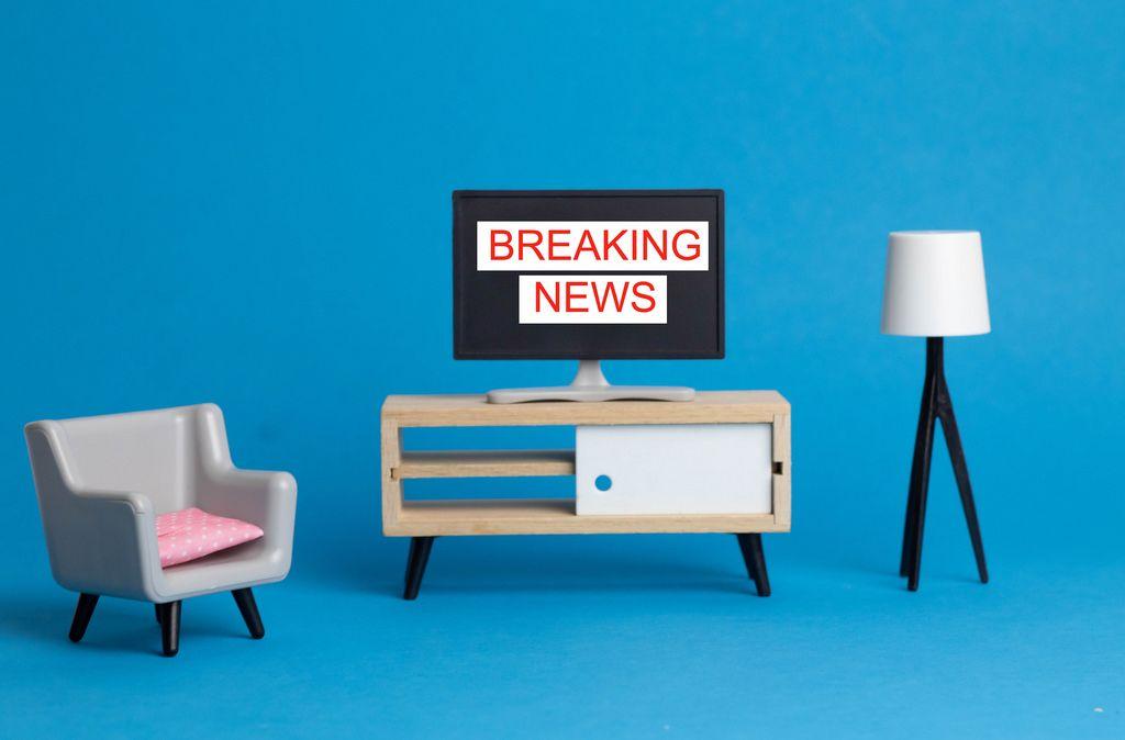 Breaking News - Sondermeldung in den Nachrichten steh auf einem Fernseher geschrieben