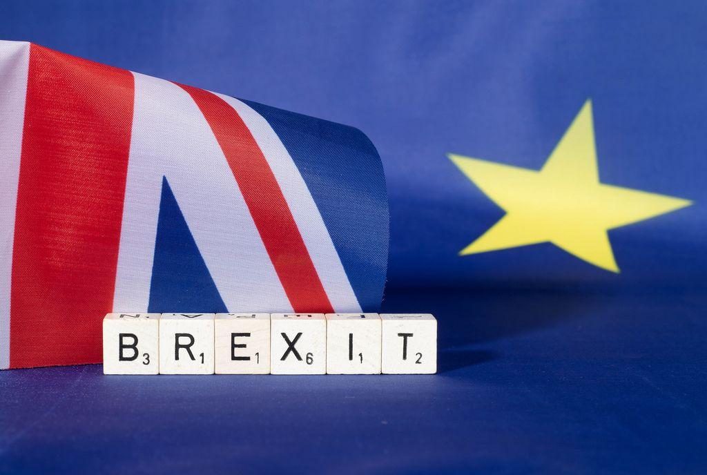 Brexit-Text mit britischer und EU-Flagge